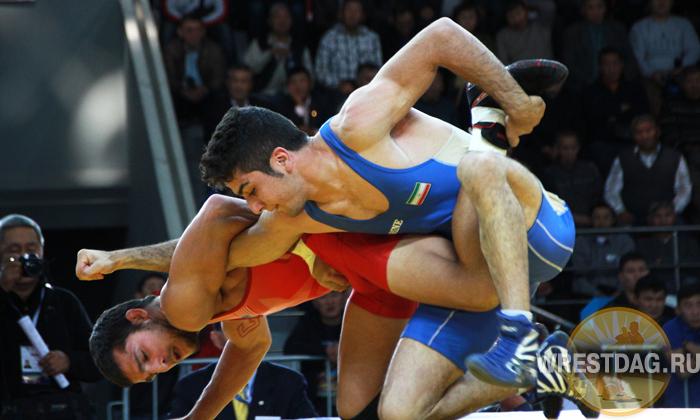 Иранец Юнус Сармастиджади побеждает в поединке за «бронзу» в весе до 55 кг американца Франка Пирелли