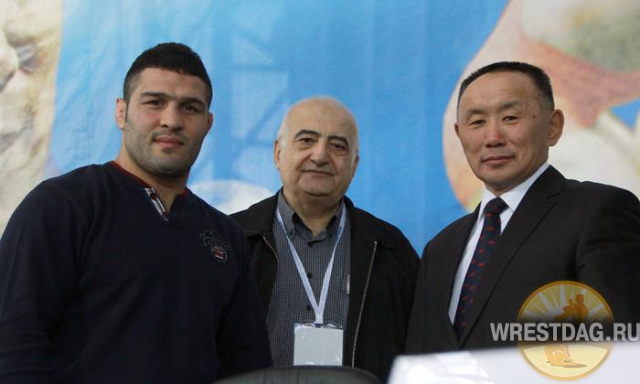 Почетный гость турнира — двукратный чемпион мира иранец Реза Яздани (слева)