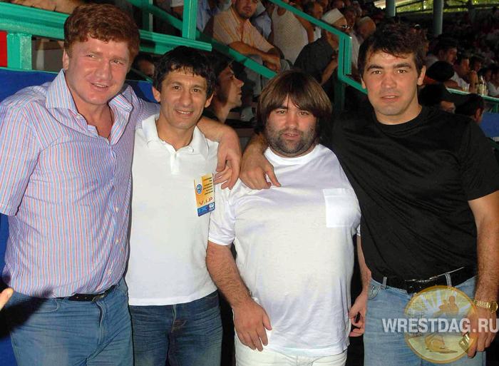 Валентин Йорданов (второй слева) с дагестанскими борцами Расулом Катиновасовым, Багавдином Умахановым и Насыром Гаджихановым на турнире в Хасавюрте в 2007 году