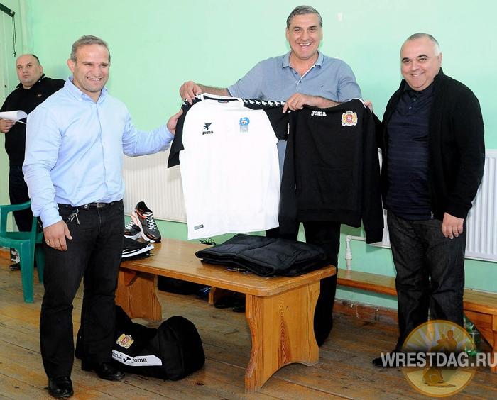 Лука Куртанидзе, Лери Хабелов и Леван Кипиани демонстрируют новую экипировку, в которой борцы Грузии отправятся на чемпионат мира