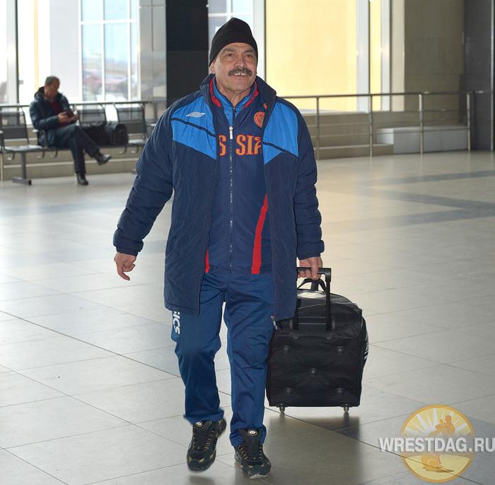 Судья Гамзат Абасов пришел проводить команду. Он и трое его коллег летят следующим рейсом