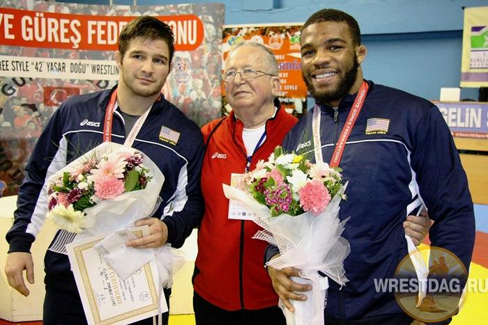 На турнире в Стамбуле после церемонии награждения в весе до 74 кг Ник Марабл (слева) и Джордан Барроуз с менеджером сборной США Полом Кеблишем
