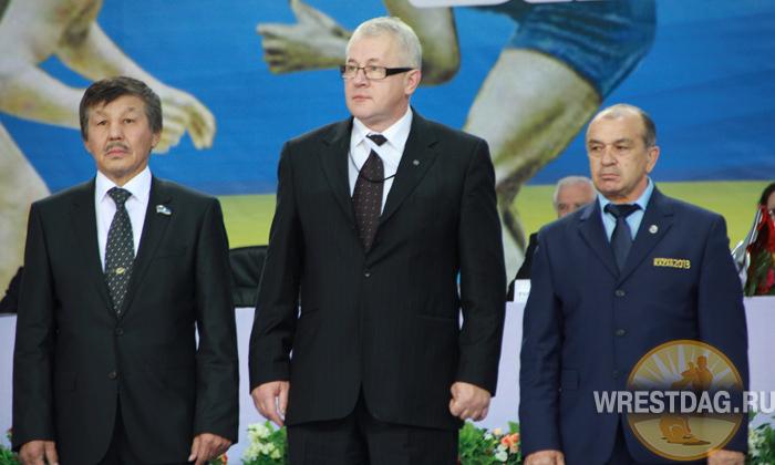 На торжественном открытии турнира олимпийский чемпиона из Якутии, директор спорткомплекса «Триумф», где проходят соревнования, Павел Пинигин (слева). В центре — делегат FILA Анджей Брузинский (Польша)