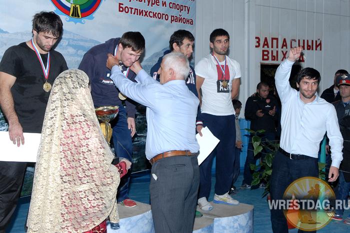 Снимок с прошлогоднего турнира в Ботлихе. Юсуп Абдусаламов демонстрирует ключи от автомобиля перед тем, как их вручить победителю в весе до 74 кг Гаджи Гаджиеву