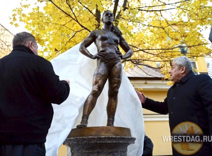 Олимпийских чемпионов Тагира Хайбулаева и Наталью Воробьеву увековечили в бронзе